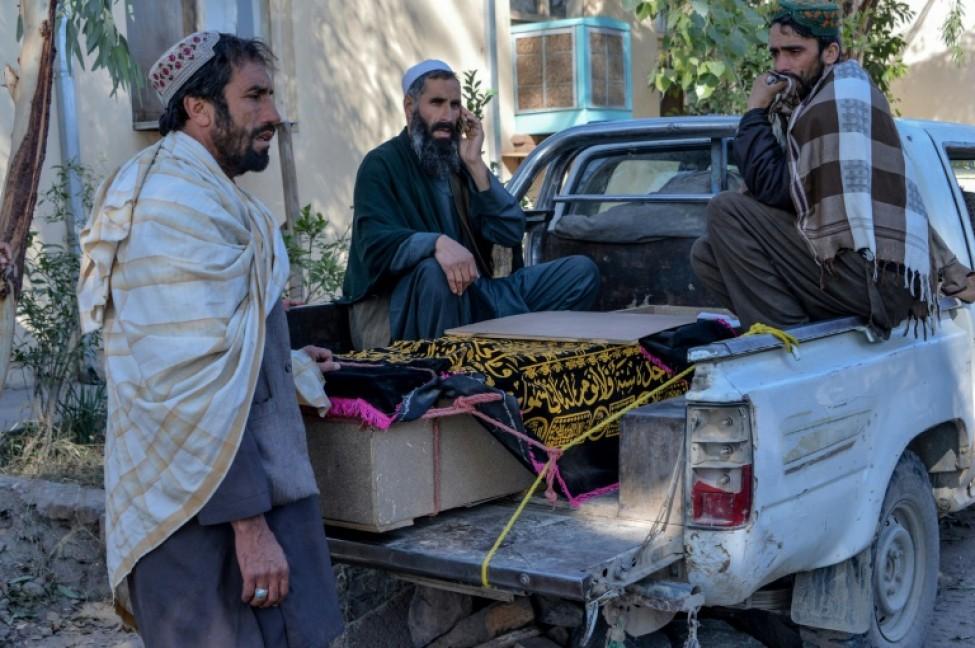 Des proches entourent le cercueil d\'une victime d\'une frappe aérienne la veille, le 15 février 2020 à Sorkhrod, dans la province de Nangarhar, en Afghanistan