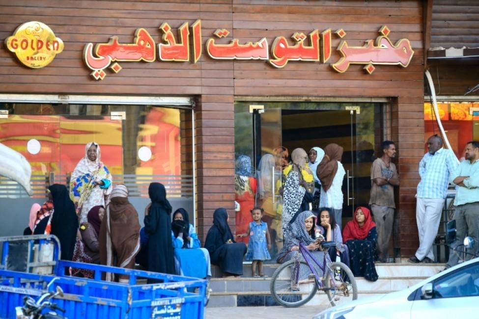 Des Soudanais font la queue devant une boulangerie dans la capitale Khartoum, le 11 février 2020
