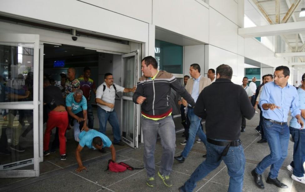 Des opposants à Juan Guaido avant l\'arrivée du président du Parlement vénézuélien à l\'aéroport international de Maiquetia, près de Caracas, le 11 février 2020