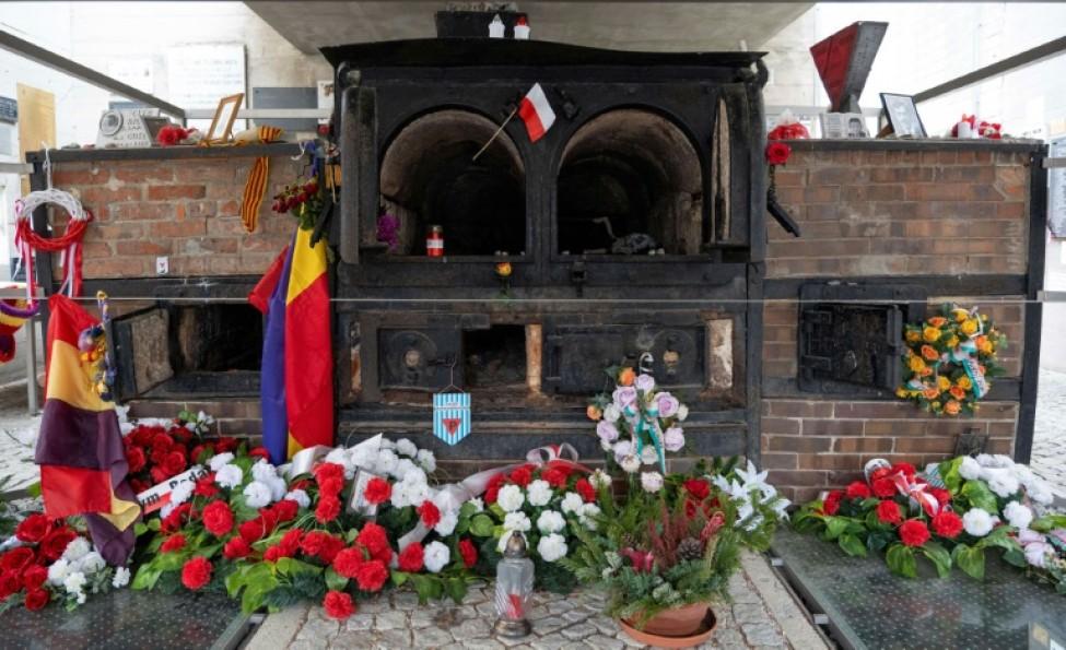 Des fleurs devant les anciens fours crématorires de l\'ancien camp nazi de Gusen, le 20 janvier 2020 à Langenstein, en Autriche