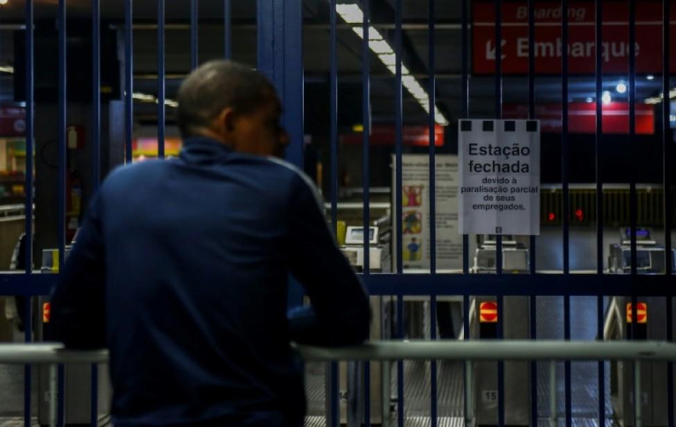 Les grilles fermées d\'une station de métro de Sao Paulo, lors d\'une grève générale au Brésil le 14 juin 2019