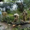 Des ouvriers déblaient une route après le passage du cyclone Titli, dans l\'Etat d\'Odisha dans l\'est de l\'Inde, le 11 octobre 2018