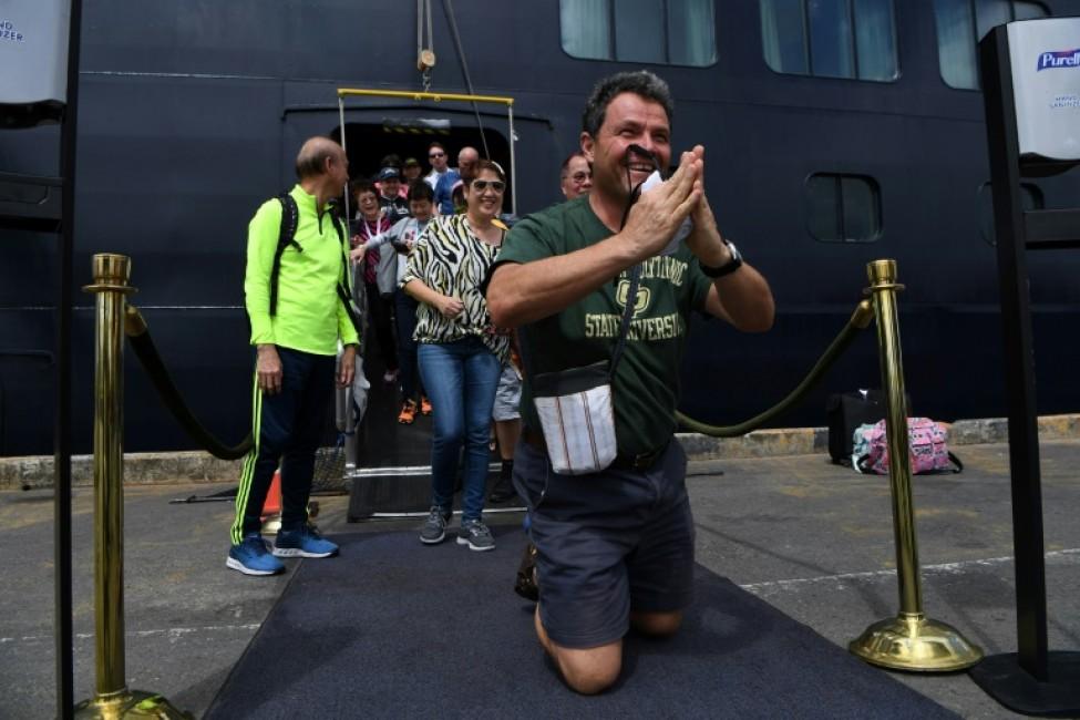 Des passagers ravis débarquent du navire le Westerdam à Sihanoukville, le 14 février 2020