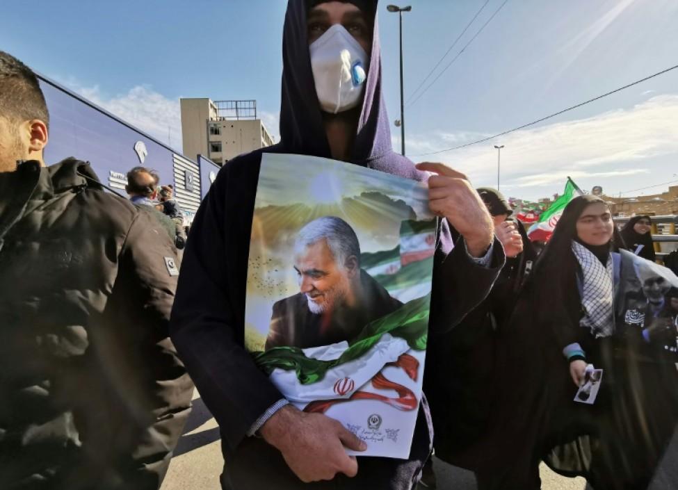 Un homme montre un portrait du général iranien Qassem Soleimani, pour célébrer l\'anniversaire de la Révolution islamique, à Téhéran, le 11 février 2020