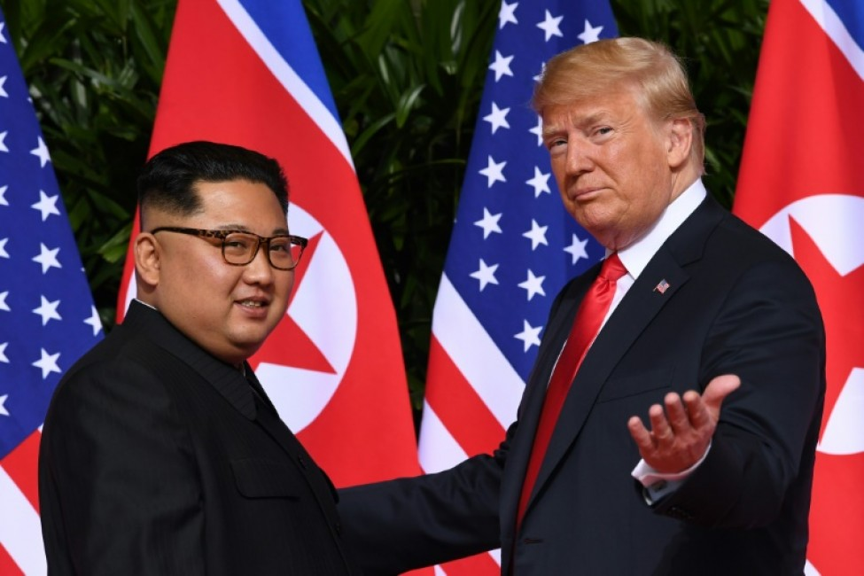 Le président américain Donald Trump (d) et le leader nord-coréen Kim Jong Un (g), le 12 juin 2018 à Singapour