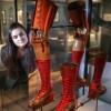 La prothèse de jambe de Frida Kahlo et ses chaussures exposées au Victoria & Albert Museum de Londres, le 13 juin 2018