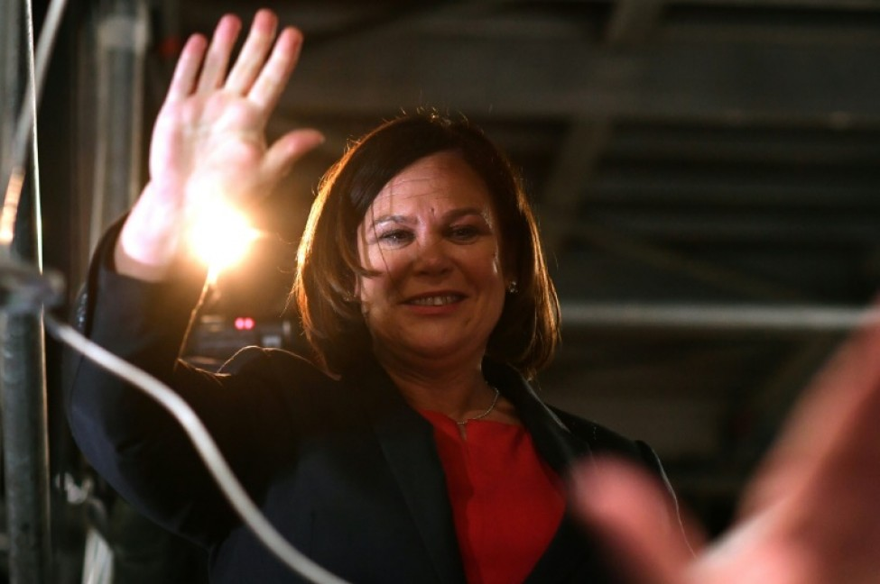 La dirigeante du Sinn Fein, Mary Lou McDonald, fait signe à ses supporters le 9 février 2020 à Dublin