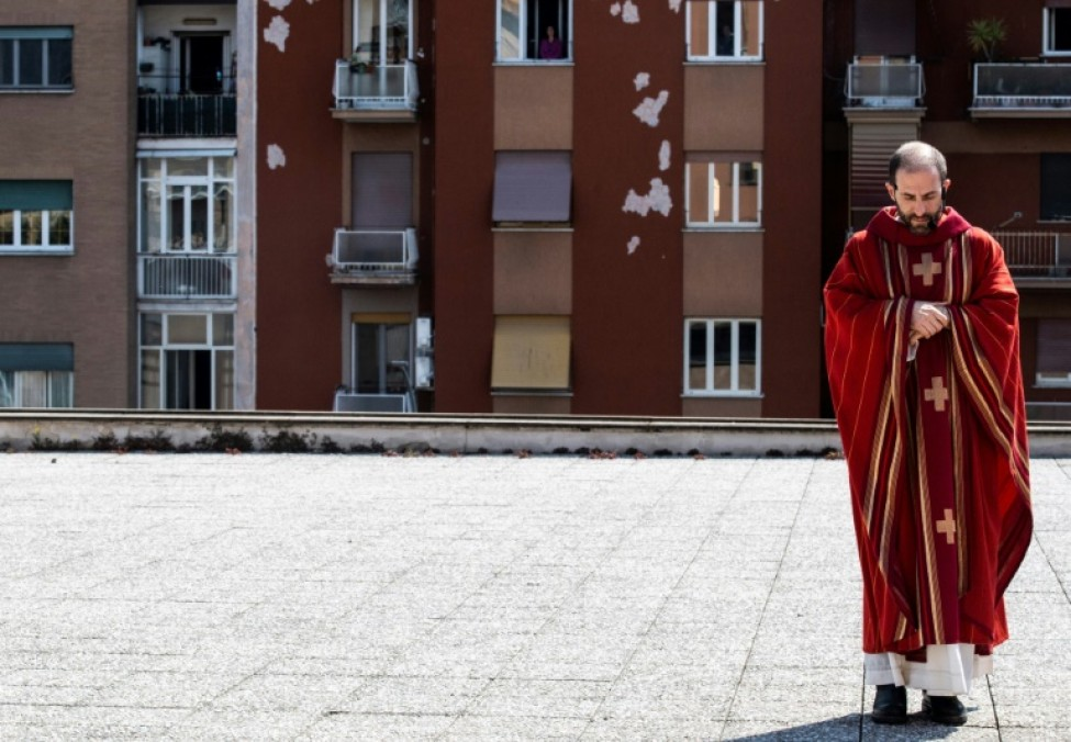 Le prêtre Don Antonio Lauri lors de la célébration de la messe des Rameaux sur le toit de l\'église San Gabriele dell\'Addolorata, le 5 avril 2020 à Rome