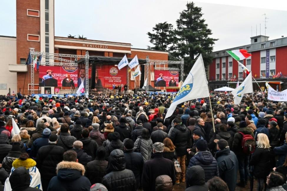 Des personnes écoutent le chef de La Ligue Matteo Salvini et la sénatrice Lucia Borgonzoni lors d\'un meeting, le 18 janvier 2020 à Maranello, en Italie