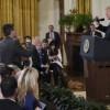 Le président américain Donald Trump (à droite) face au journaliste de CNN Jim Acosta, de dos, debout, à la Maison Blanche, le 7 novembre 2018