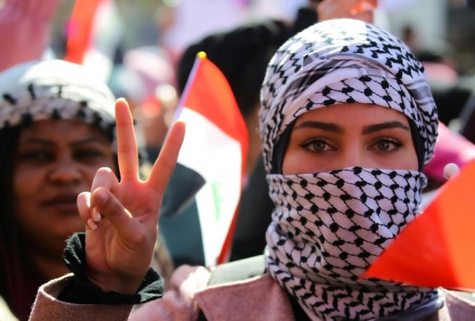Une Irakienne fait le signe de la victoire lors d\'une manifestation antipouvoir sur la place Tahrir, dans le centre de la capitale Bagdad, le 13 février 2020