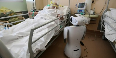 virus-en-italie-des-robots-au-chevet-des-malades