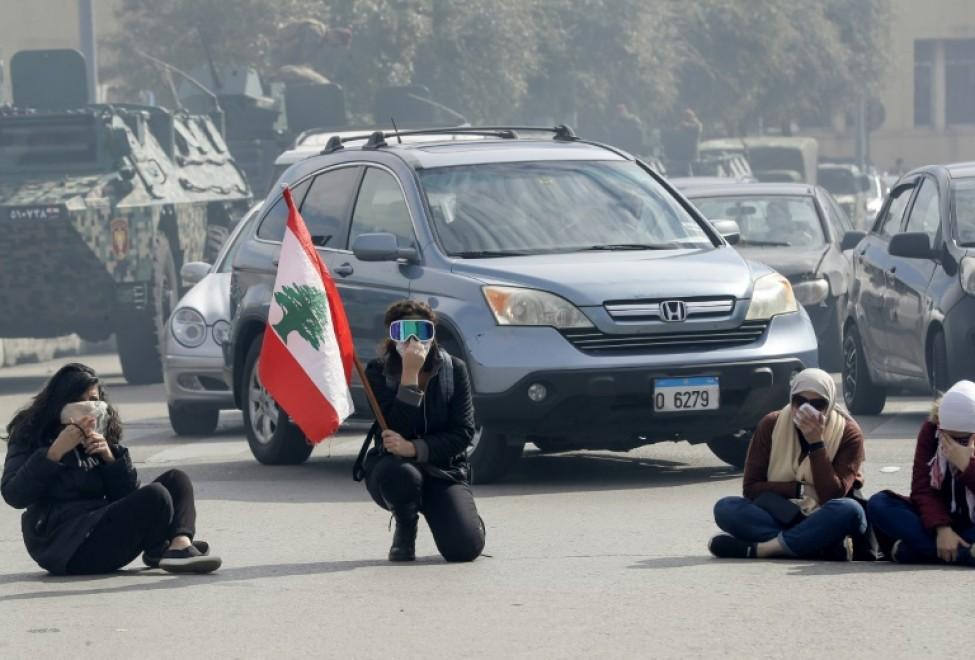 Des manifestants anti-gouvernementaux bloquent une route lors d'une manifestation contre le Parlement avant un vote de confiance au nouveau gouvernement, à Beyrouth le 11 février 2020