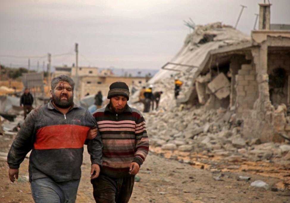 Un Syrien blessé est conduit vers une ambulance après un bombardement, dans l\'ouest de la province d\'Alep, le 12 février 2020