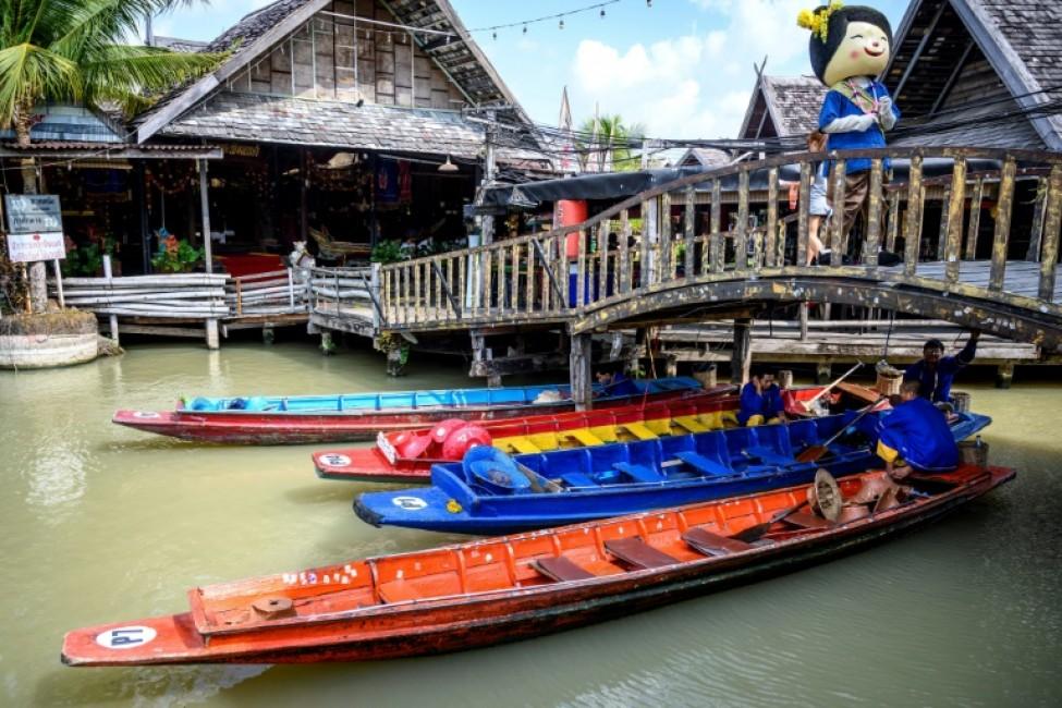 Des bateaux pour touristes vides au marché flottant de Pattaya, le 12 février 2020 en Thaïlande