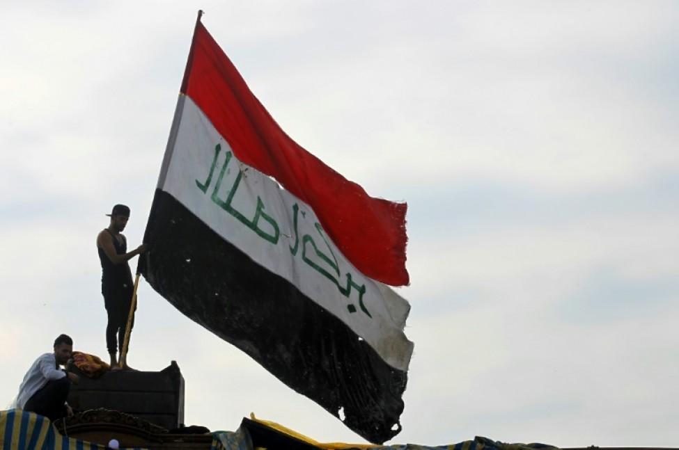 Un manifestant brandit le drapeau irakien dans la capitale Bagdad le 6 novembre 2019