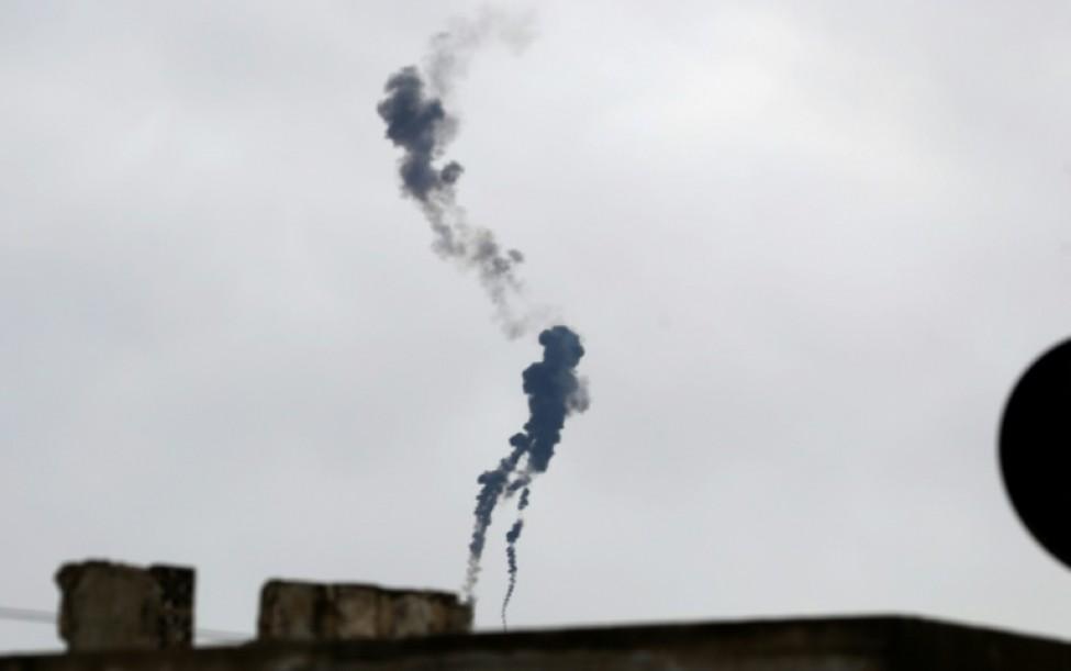 Trainée de fumée d\'un hélicoptère militaire syrien abattu au-dessus du village de Qaminas, à Idleb, le 11 février 2020