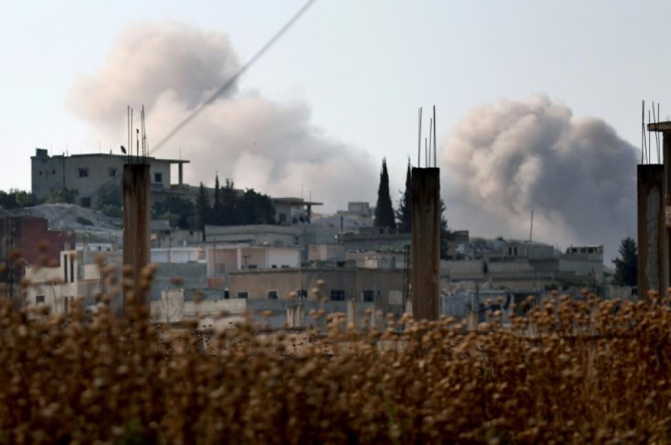 Panaches de fumée après des bombardements du régime syrien sur le village de Hamameyat dans la province de Hama le 11 juillet 2019