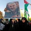 Des Iraniens brandissent le portrait du général Ghassem Soleimani, commandant de la force Qods des Gardiens de la révolution, l\'armée d\'élite de la République islamique, lors d\'une manifestation contre l\'annonce du président américain de reconnaître Jérusalem comme la capitale d\'Israël, à Téhéran le 11 décembre 2017.