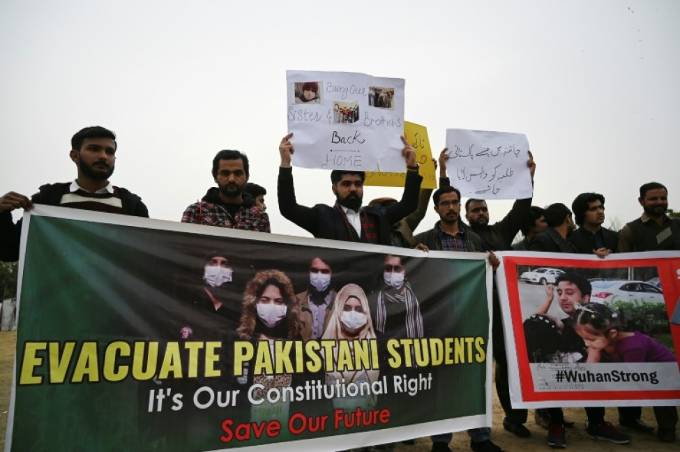 Des familles d\'étudiants pakistanais réclament l\' évacuation de leurs proches restés à Wuhan, lors d\'une manifestation à Islamabad, le 12 février 2020
