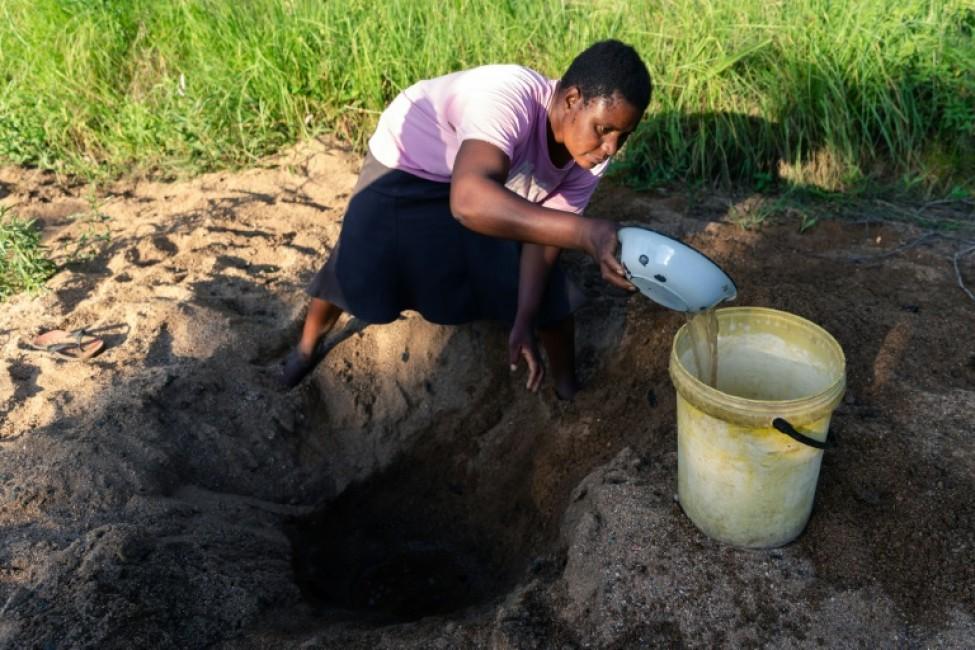 Celia Munhangu creuse le sable pour trouver de l\'eau, le 29 janvier 2020 à Buhera, au Zimbabwe