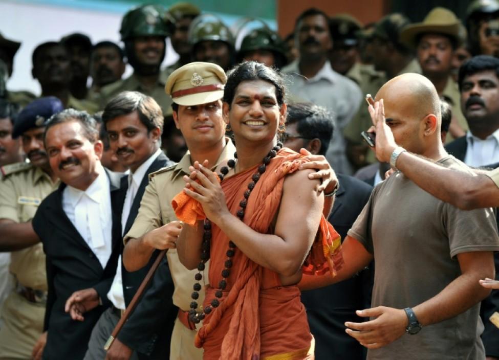 Swami Nityananda escorté par la police indienne le 14 juin 2012 après une comparution devant le tribunal du district de Ramanagar, à environ 50 kilomètres de Bangalore