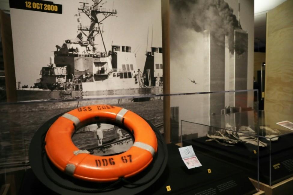 Photo d\'archives montrant un gilet de sauvetage du destroyer USS Cole exposé dans la ville américaine de New York, le 7 novembre 2019