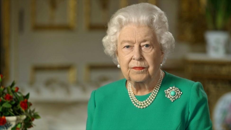 Photo récente non datée transmise par le palais de Buckingham, le 5 avril 2020, montrant la reine Elizabeth II lors de l\'enregistrement d\'une rare allocution sur la pandémie de coronavirus depuis le château de Windsor