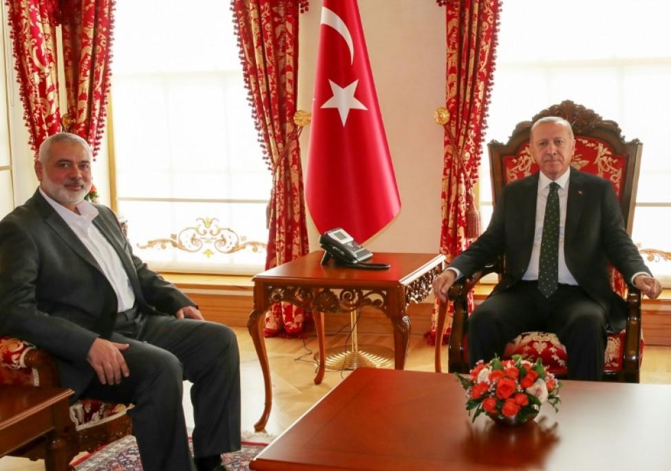 Une photo fournie par le service de presse de la présidence turque montre le président turc Recep Tayyip Erdogan (D) et le chef du Hamas Ismaïl Haniyeh (G) à Istanbul
