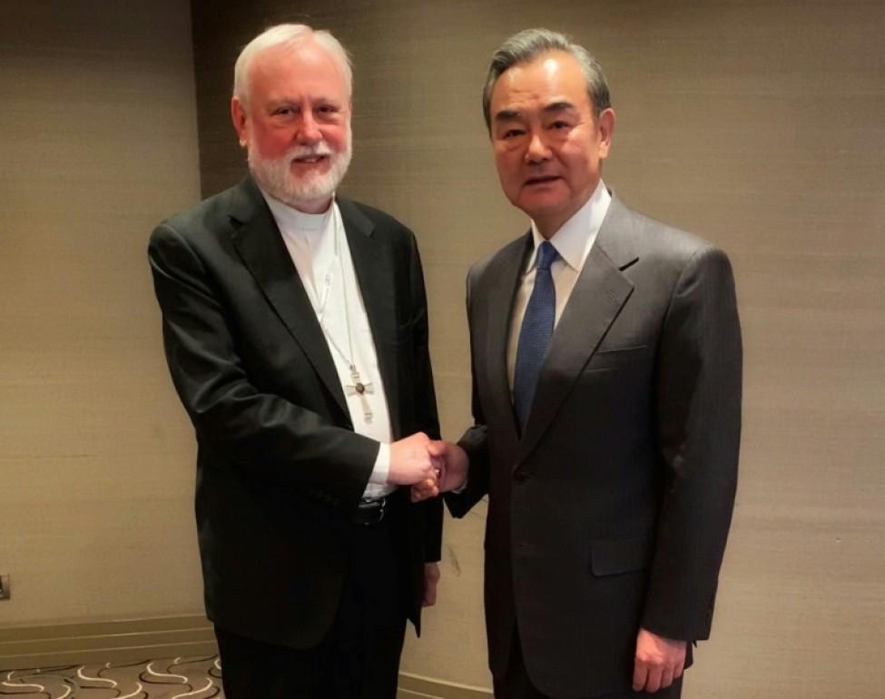 Photo fournie le 14 février 2020 par le Vatican montrant Mgr Paul Gallagher (g),chargé des Affaires étrangères au Vatican et le ministre chinois des Affaires étrangères Wang Yi lors d\'une rencontre à Munich, en Allemagne