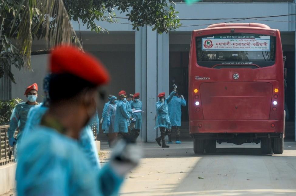 Des membres des forces de sécurité à l\'aéroport international de Dacca, au Bangladesh, lors du rapatriement de citoyens évacués depuis Wuhan, le 1er février 2020