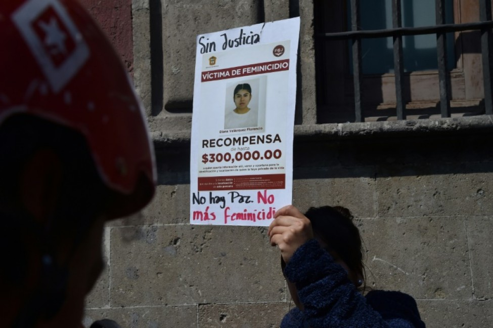 Une manifestante brandit une affiche contre les féminicides lors d\'une manifestation à Mexico le 14 février 2020