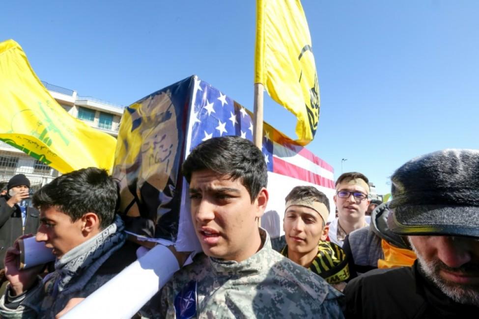 De jeunes Iraniens portent un cercueil aux couleurs des Etats-Unis pour célébrer l\'anniversaire de la Révolution islamique, à Téhéran, le 11 février 2020