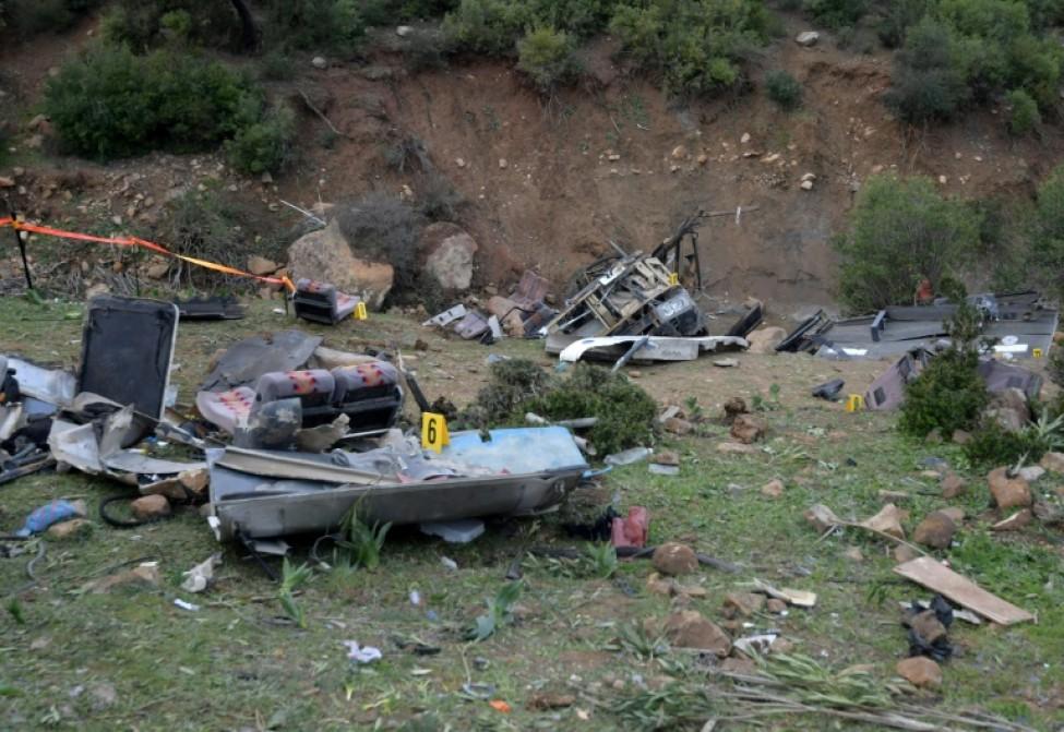 Les débris d\'un autobus transportant des touristes tunisiens après sa chute dans un ravin, le 1er décembre 2019 dans la région d\'Aïn Snoussi (nord)