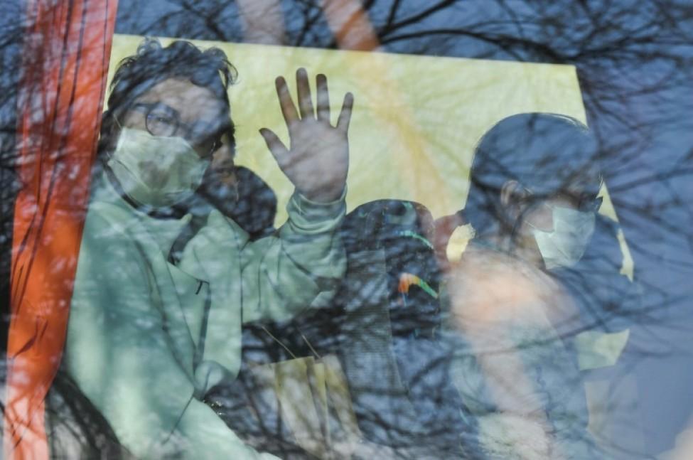 Des Français évacués de Wuhan sont arrivés en France et saluent depuis l\'autocar qui les transporte vers Carry-le-rouet, le 31 janvier 2020