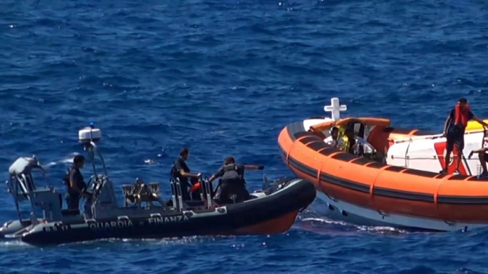 Des militants de l\'ONG Proactiva Open Arms viennent au secours d emigrants près de l\'île italienne de Lampedusa le 20 août 2019, sur une capture d\'écran d\'une vidéo de Local Team