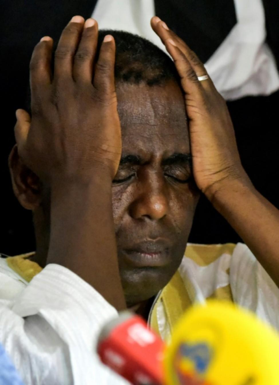 L\'opposant Biram Ould Dah Ould Abeid, battu à la présidentielle en Mauritanie, se tient la tête lors d\'une conférence de presse à Nouakchott le 23 juin 2019.