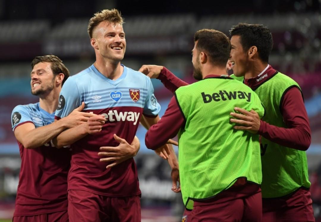 Andriy Yarmolenko (second left) celebrates scoring West Ham\'s winner in a 3-2 victory over Chelsea