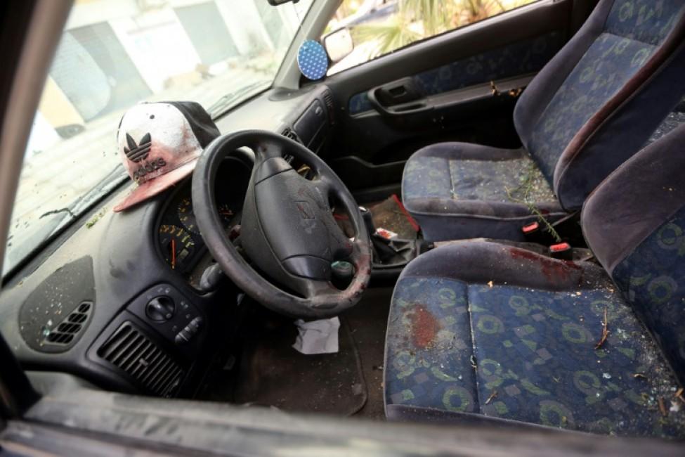 L\'intérieur d\'un véhicule touché par un obus, le 12 février 2020 dans un quartier de la capitale Tripoli