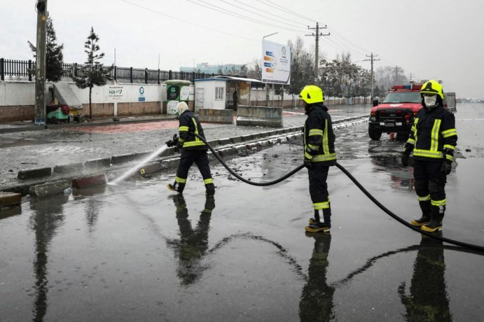 Des pompiers après un attentat suicide à l\'entrée d\'une académie militaire à Kaboul, le 11 février 2020 en Afghanistan