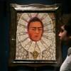 Un employé du musée Victoria & Albert Museum de Londres devant un autoportrait de Frida Kahlo lors d\'une exposition consacrée à l\'artiste mexicaine, le 13 juin 2018