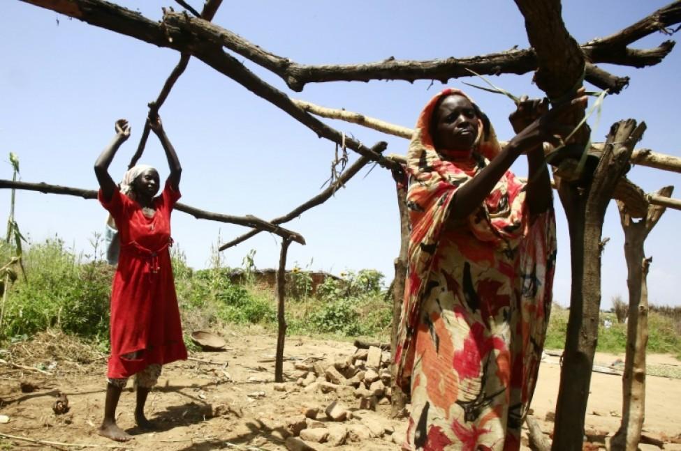 Des femmes soudanaises construisent une hutte en bois le 10 octobre 2019 dans leur village de Shattaya, au Darfour, dans l\'ouest du Soudan
