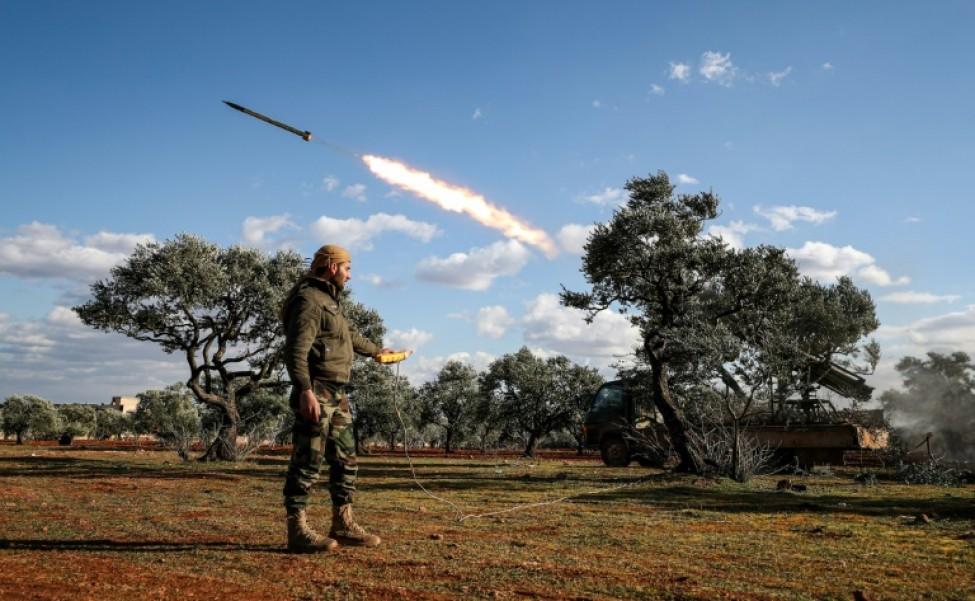 Un combattant rebelle du nord-ouest de la Syrie déclenche le tir d\'une roquette, le 10 février 2020 dans la région d\'Alep