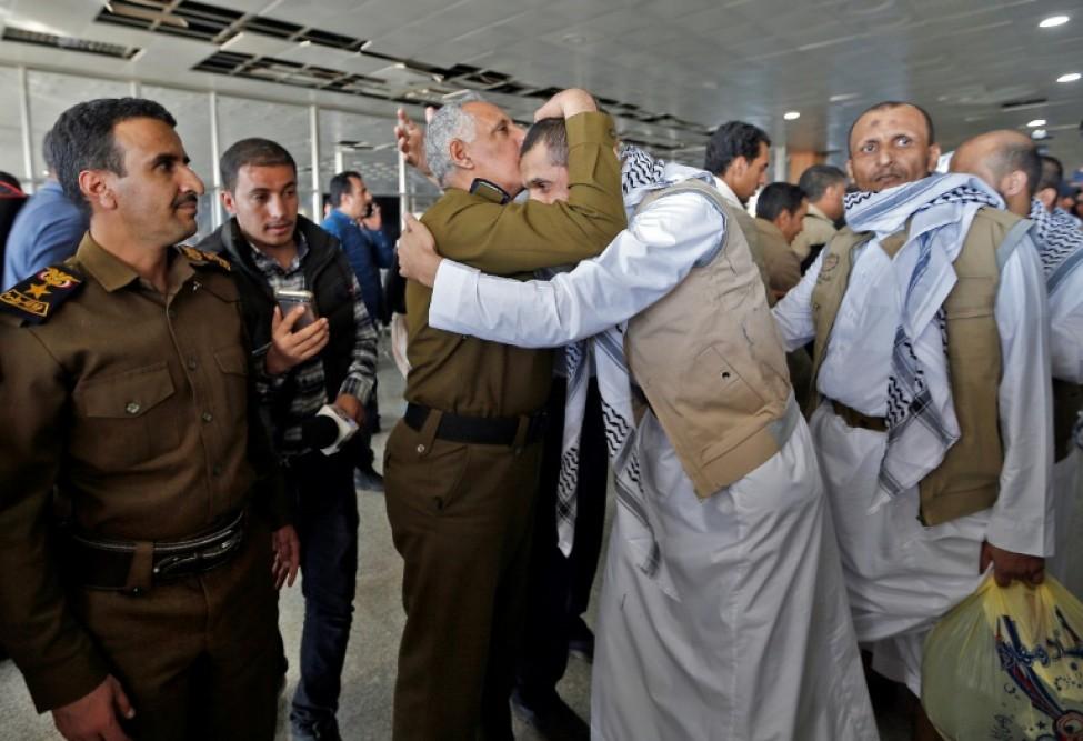 Des rebelles Houthis, relâchés par la coalition progouvernementale sous commandement saoudien, arrivent à Sanaa au Yémen, le 28 novembre 2019