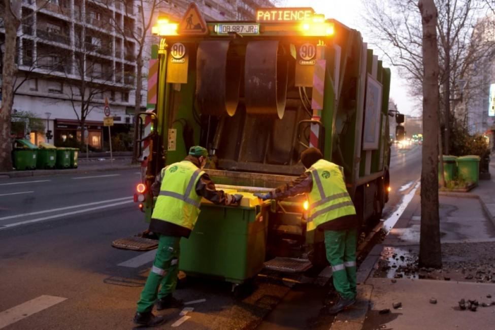 Des éboueurs ramassent les poubelles à l\'aube à Paris le 24 mars 2020