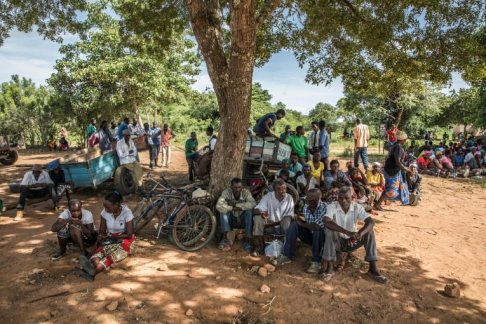 Des habitants attendent une distribution d\'aide alimentaire, le 22 janvier 2020 à Simumbwe, en Zambie
