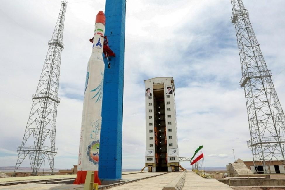 Photo distribuée par le ministère de la Défense iranien montrant une fusée chargée du lancement d\'un satellite sur un site non localisé en Iran, le 27 juillet 2017